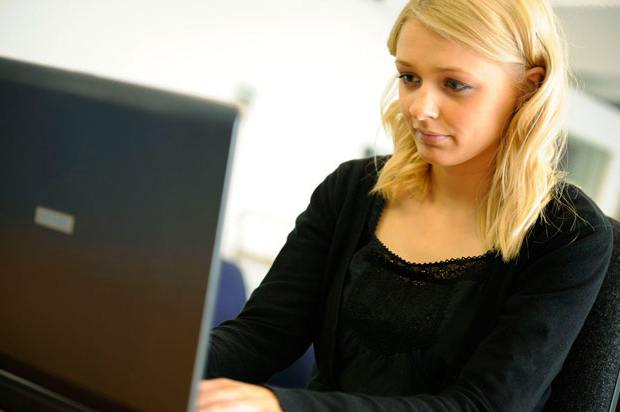 girl looking confused at computer