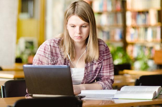 girl doing online degree